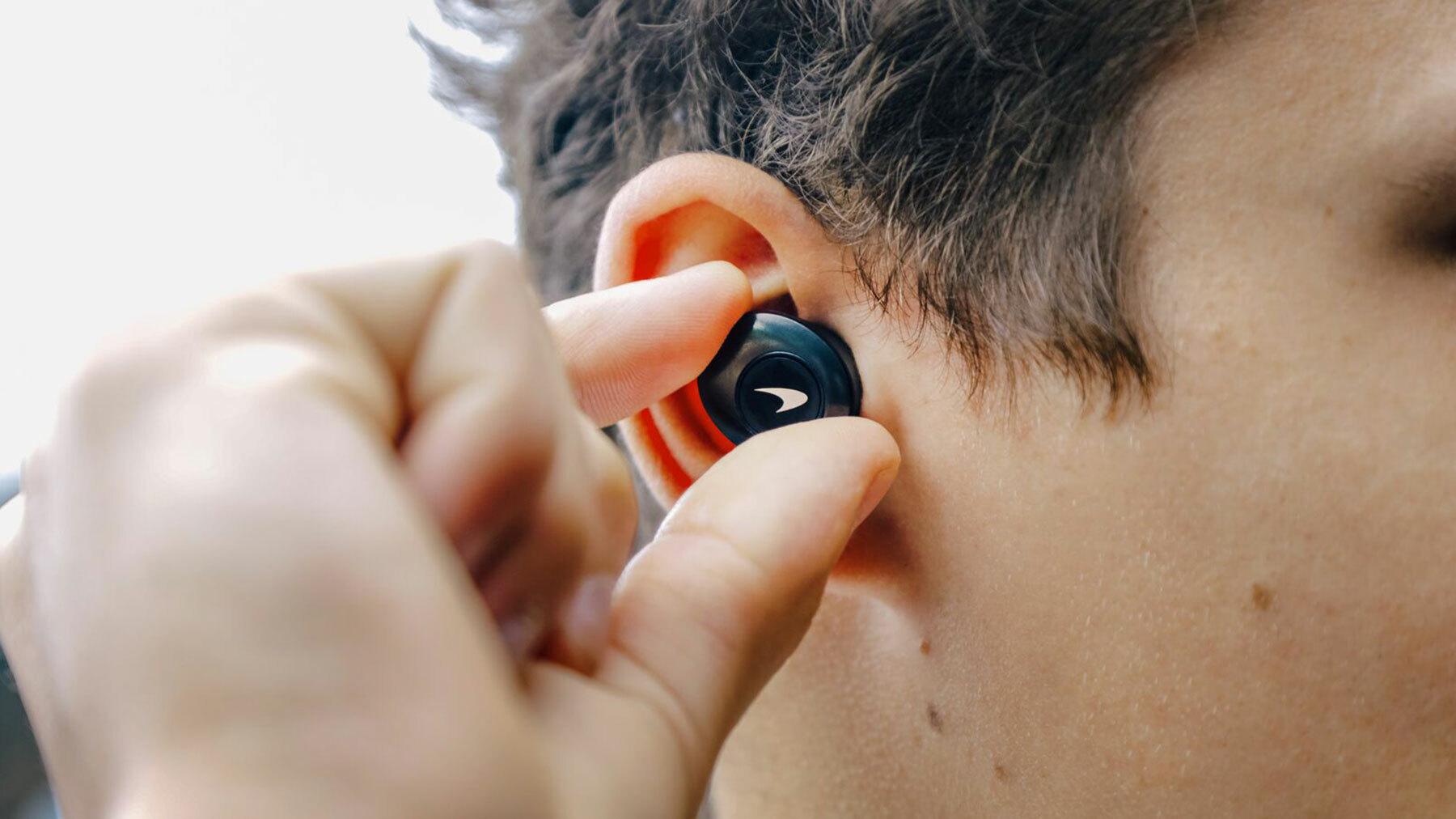 LANDO NORRIS HOLDING T5 II ANC EARPHONE IN HIS EAR